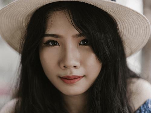 麦わら帽子をかぶった若い女性